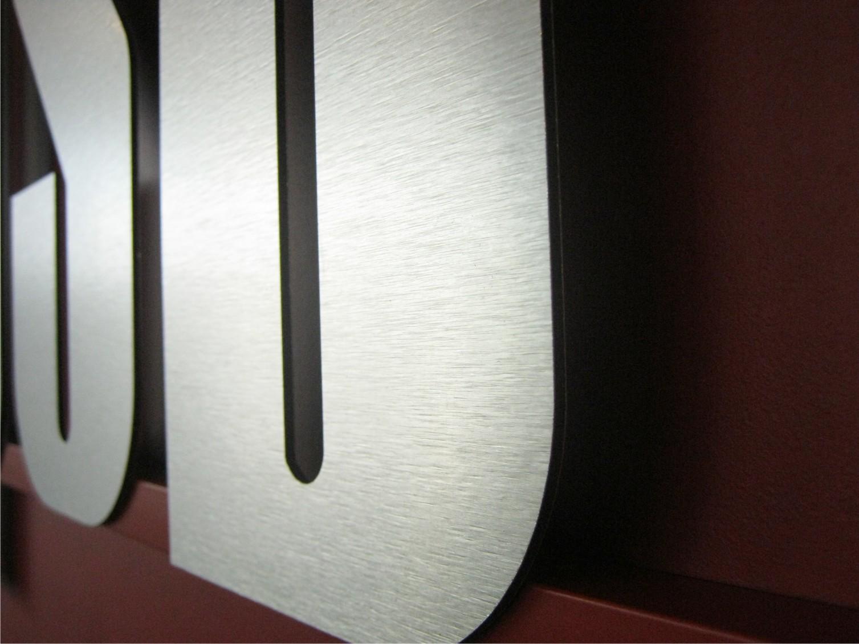 logo z dibondu