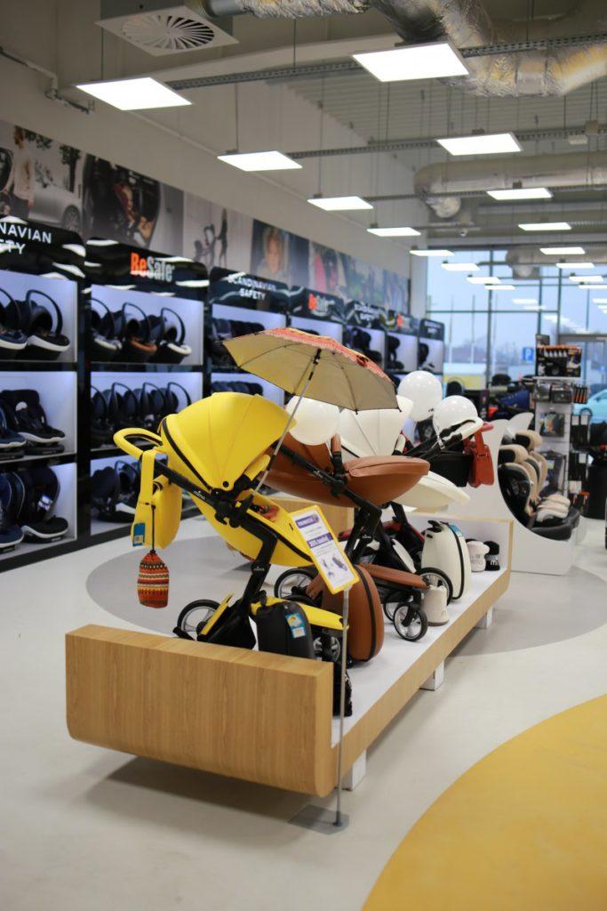 Podwyższona gondola sklepowa do prezentacji wózków dziecięcych
