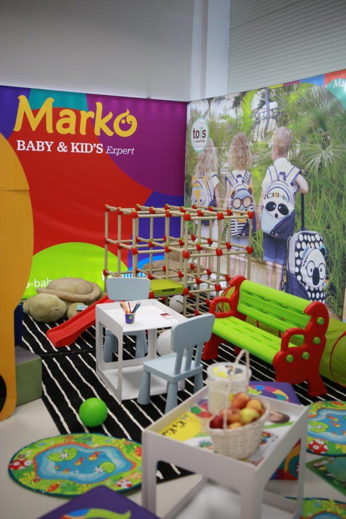 kącik zabaw dla dzieci. Ściany ozdobione podświetlanymi grafikami